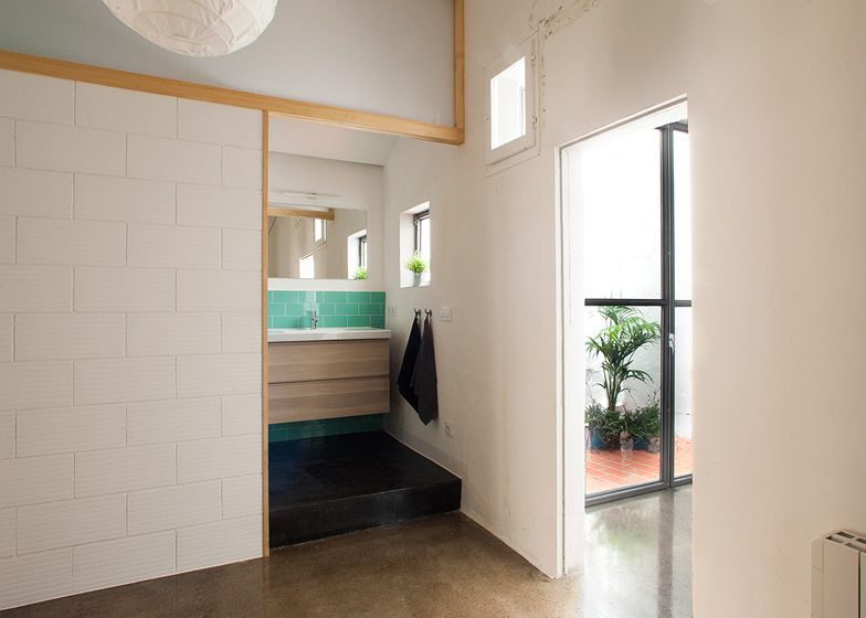 El baño está conectado con el patio