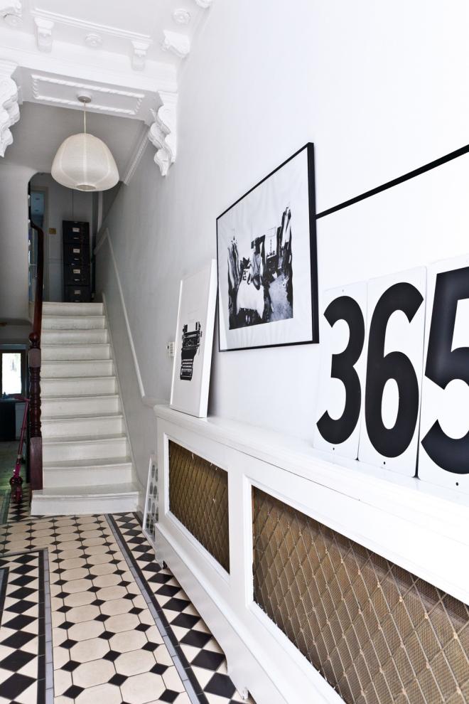 Blanco, negro y madera combinan en la decoración de esta vivienda.