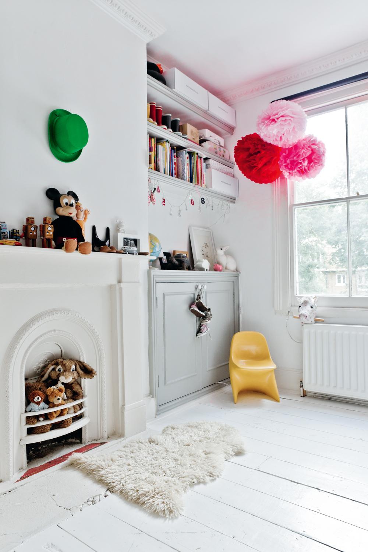 La habitación de la niña tiene algo más de color, es algo más cálida.