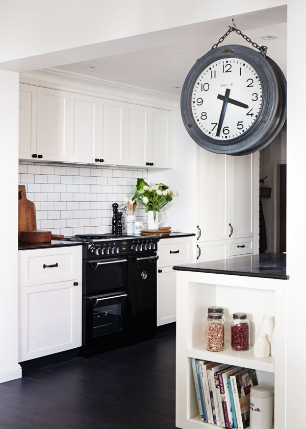 cocina en blanco y negro con un precioso reloj / a black and white kitchen with a beautiful clock