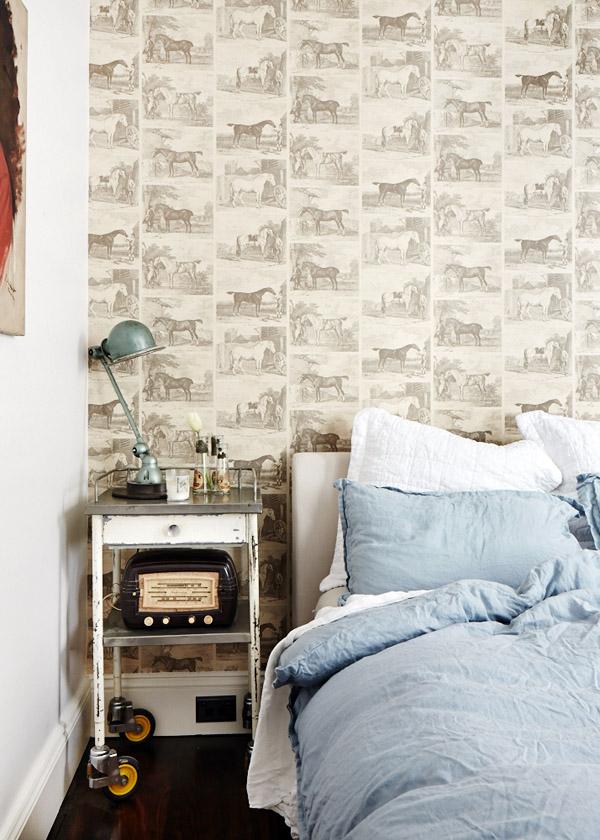 dormitorio con el cabecero de papel pintado antiguo procedente de Reino Unido / bedroom with antique wallpaper from the UK