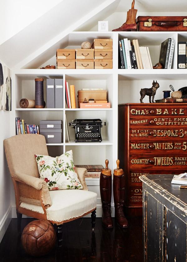sillón de lectura con cajonera incluida en la librería / reading chair with a chest of drawers inside the bookshelf