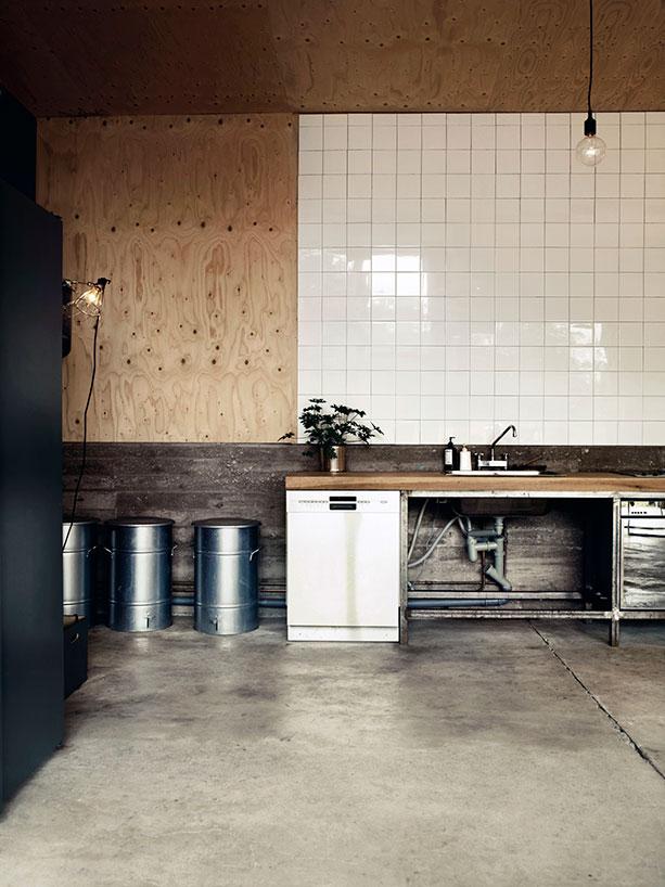 Cocina con azulejos blancos / Kitchen with white tiles.
