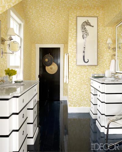 mezcla de negro y blanco con amarillo en el baño / a mixture in white, black and yellow