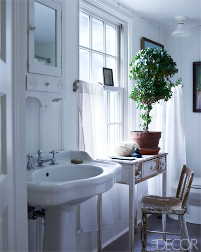 baño con escritorio y silla / bathroom with desk and chair