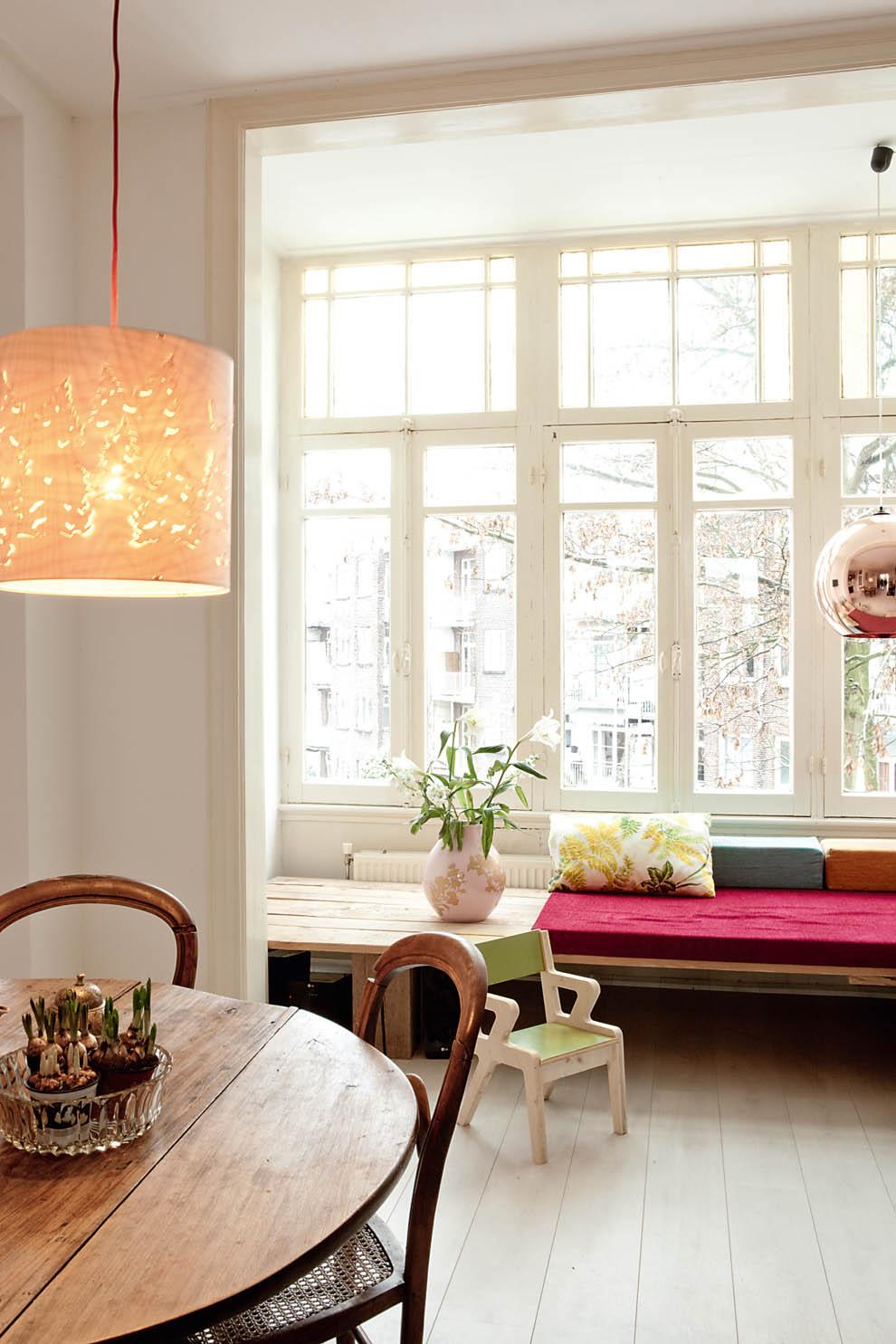 banco tapizado bajo la ventana / uphostered bench under the window