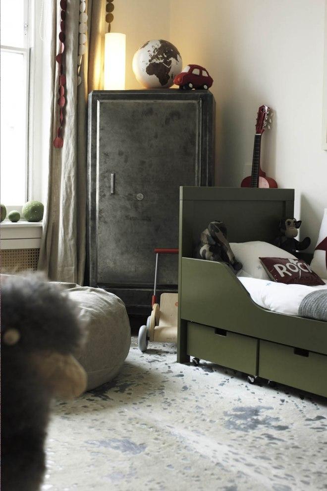 Vista de la habitación, con la cama verde oscuro y el armario galvanizado / A view of the room with the wardrobe and the dark green bed