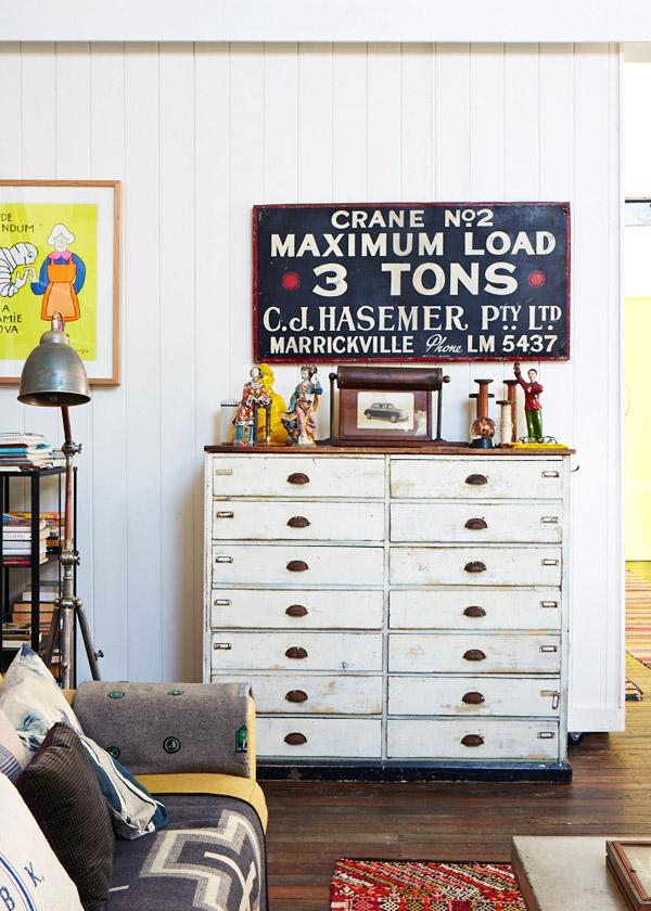 preciosa cómoda blanca con cartel industrial / beautiful white cupboard with industrial poster