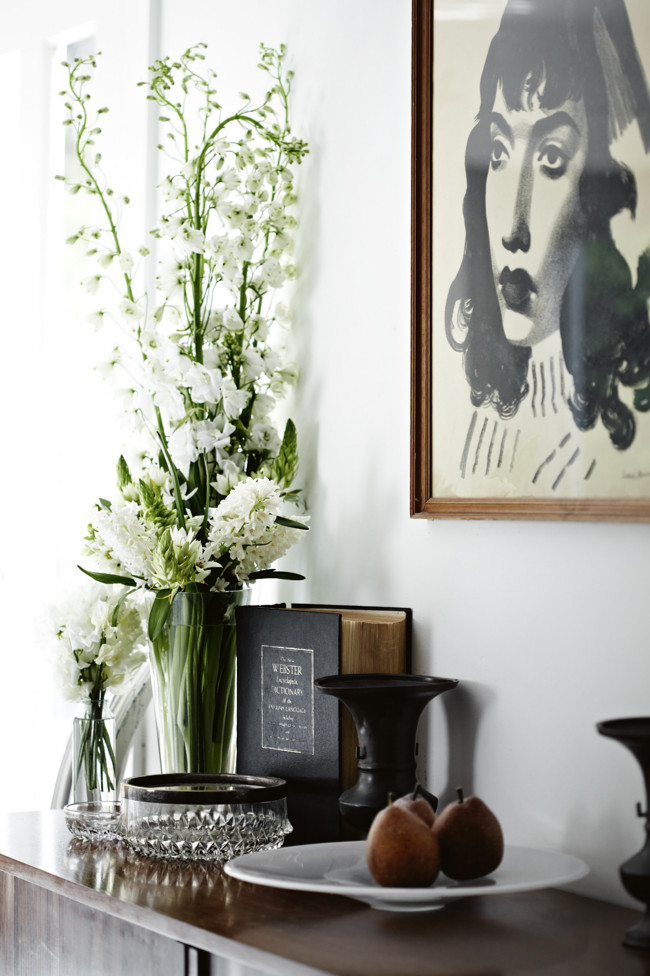composición hecha con óleo, flores blancas, jarrones y peras / a composition with a canvas, flowers, jars and pears