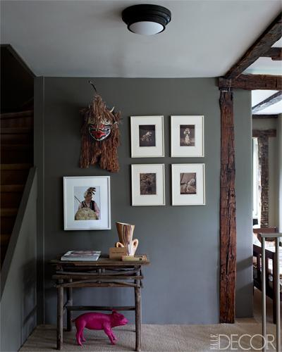 Desembarco de escalera con mesita y composición asimétrica de cuadros / staircase landing with asimetric paintings composition