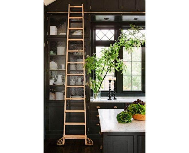 un detalle de la cocina, con preciosos armarios gris oscuro / a detail in the kitchen with beautiful dark grey cabinets