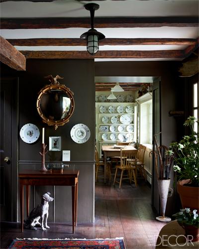 entrada a la vivienda  con composición de cuadros y espejos / foyer with paintings and mirror composition