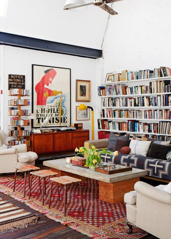la mesa de cemento y la estantería detrás del sofá / concrete table and the shelf behind the sofa