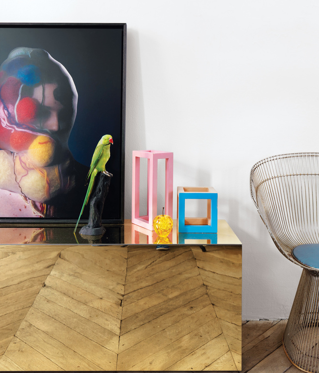 Estar con mueble de espejo donde se refleja el suelo de espiga de roble / Living room with a mirror covered unit that refelcts the beautiful oak floor.