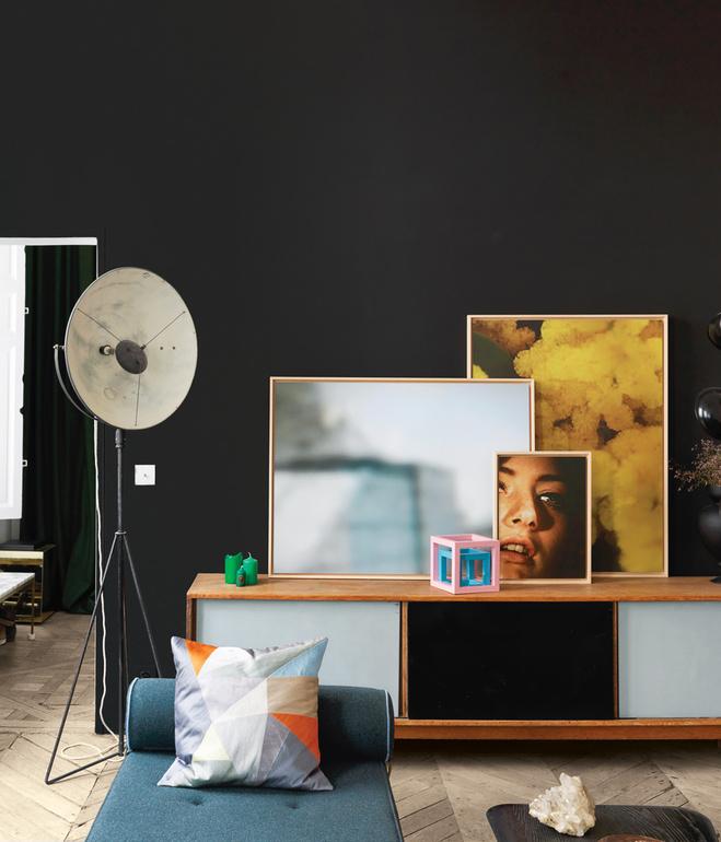 Pared oscura como telón de fondo de la composición de elementos gráficos / Dark wall like a curtain to show the graphic elements composition.