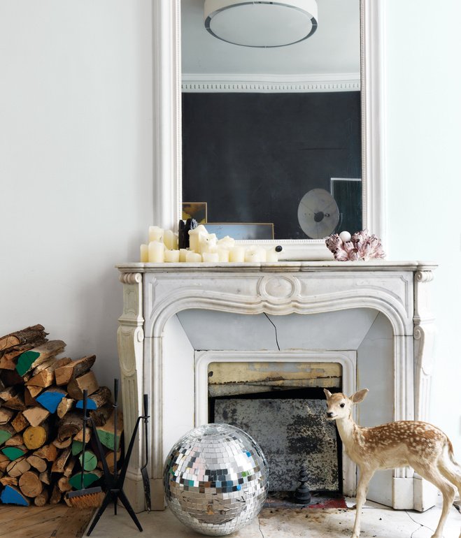 Chimenea antigua con bola de espejos /Old fireplace with a mirror ball