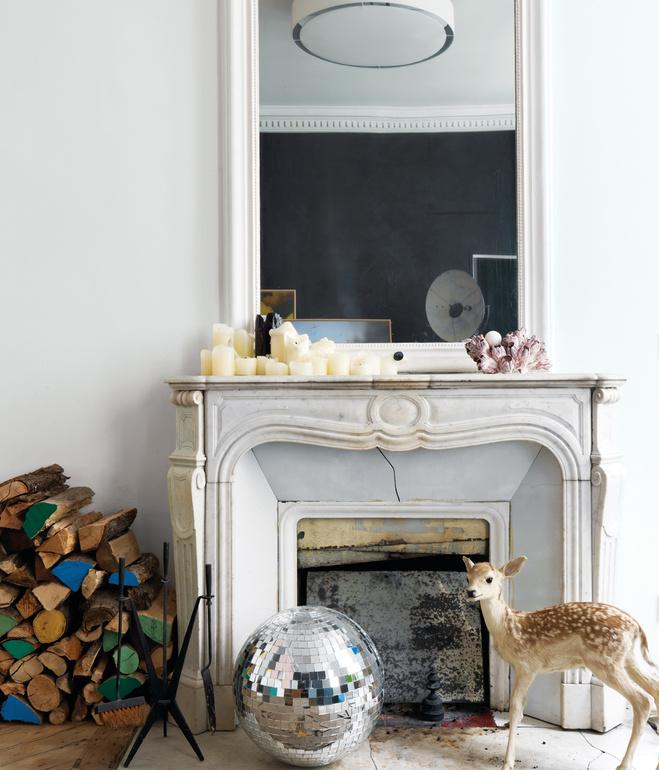 Chimenea antigua con bola de espejos /Old fireplace with a mirror ball
