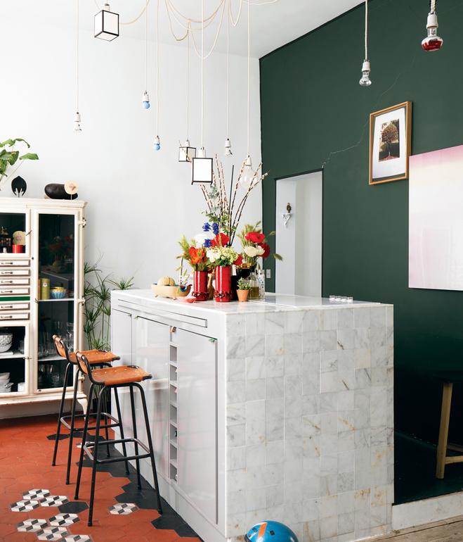 Cocina abierta con mezcla de estilos y elementos / Open kitchen with a mix of elements and styles.