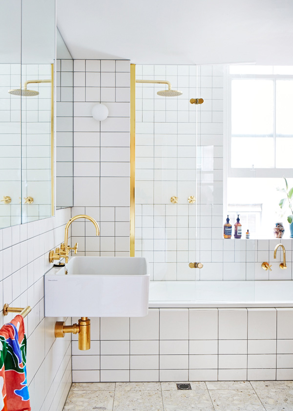 Precioso despiece con azulejos de diseño corriente y grifos dorados! / Beautiful tile design with golden taps!