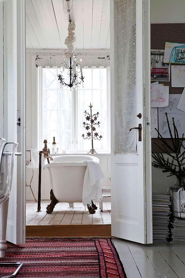 Baño con la bañera exenta.