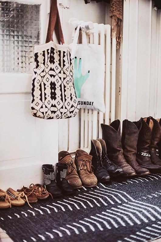 Botas ordenadas en la entrada