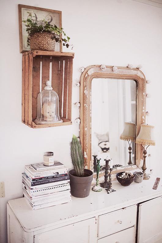 Caja de fruta, elemento que cobra protagonismo junto al espejo dorado