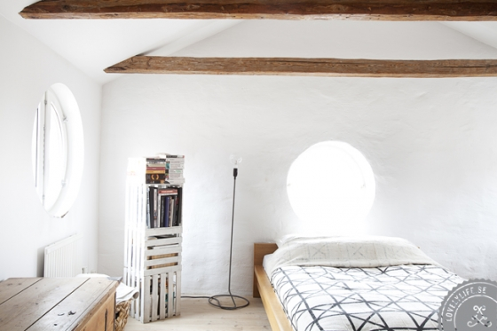 Ventana redonda en el dormitorio