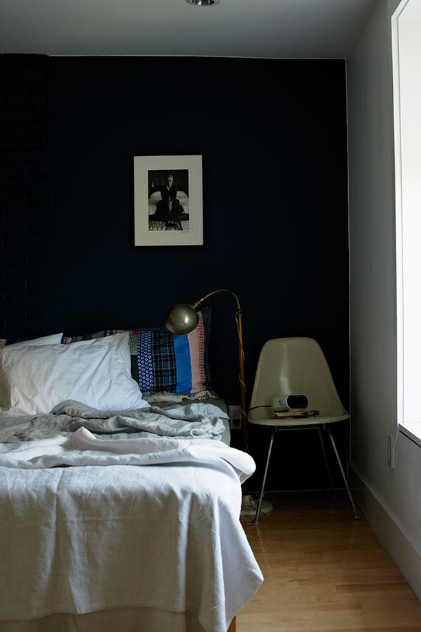 Dormitorio de la fotógrafa. La Plastic Chair de los Eames hace las veces de mesita de noche.