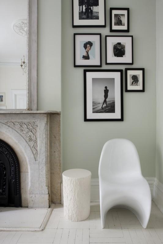 Detalle de otra chimenea con composición de fotos en este caso.