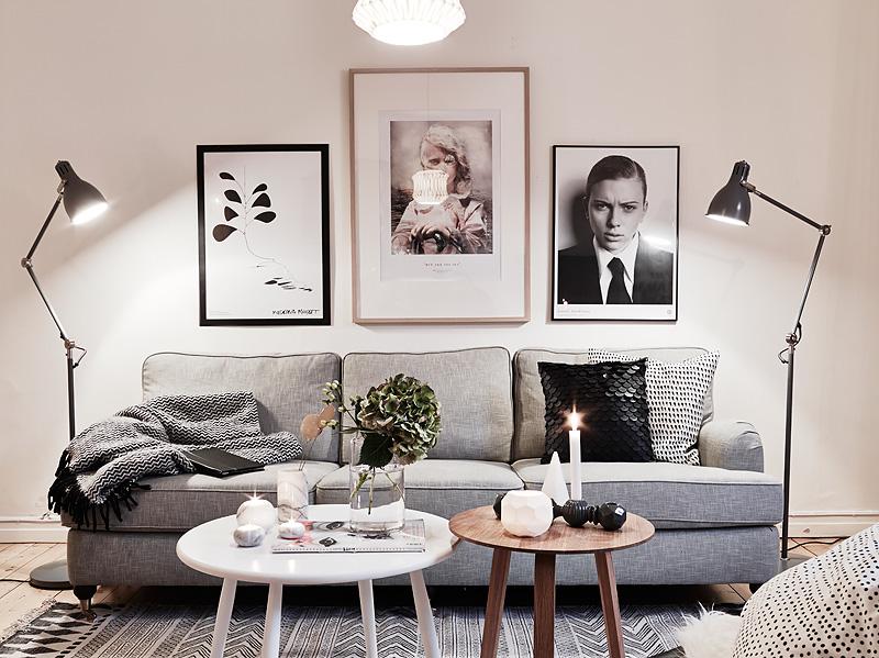 Lámparas de pie a ambos lados del sofá.