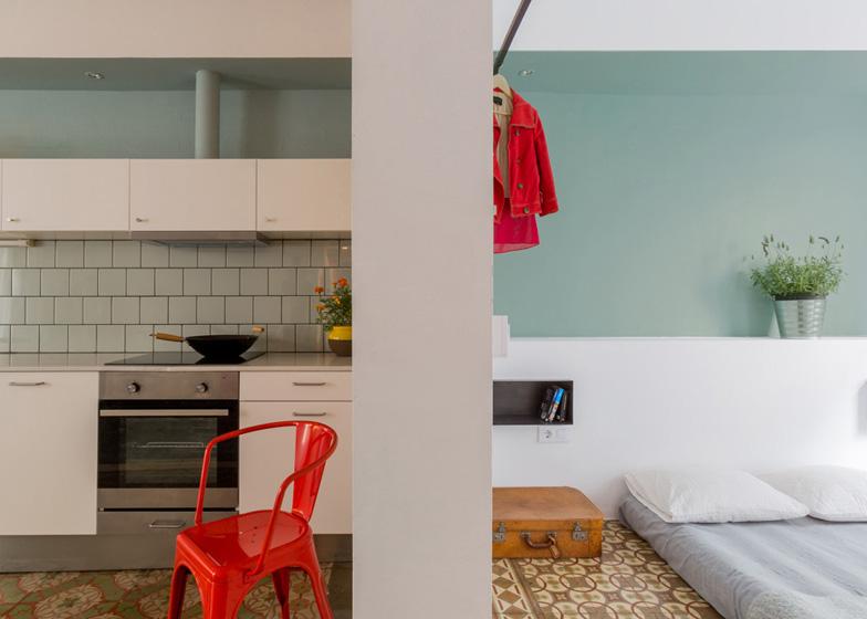 Tabique divisorio entre la cocina y el dormitorio; todos los espacios en la misma gama de colores.