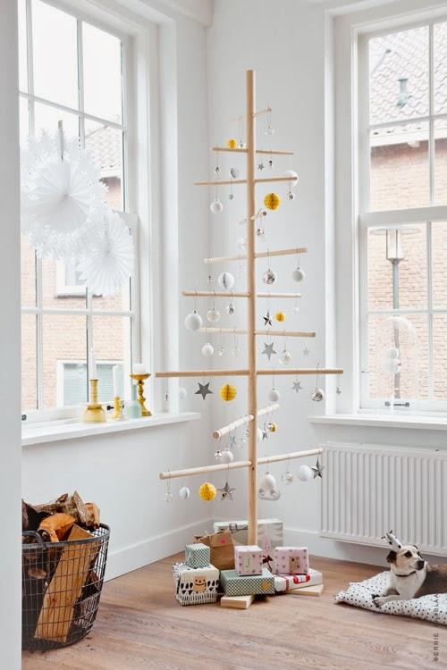 Árbol de Navidad hecho de troncos y bolas.