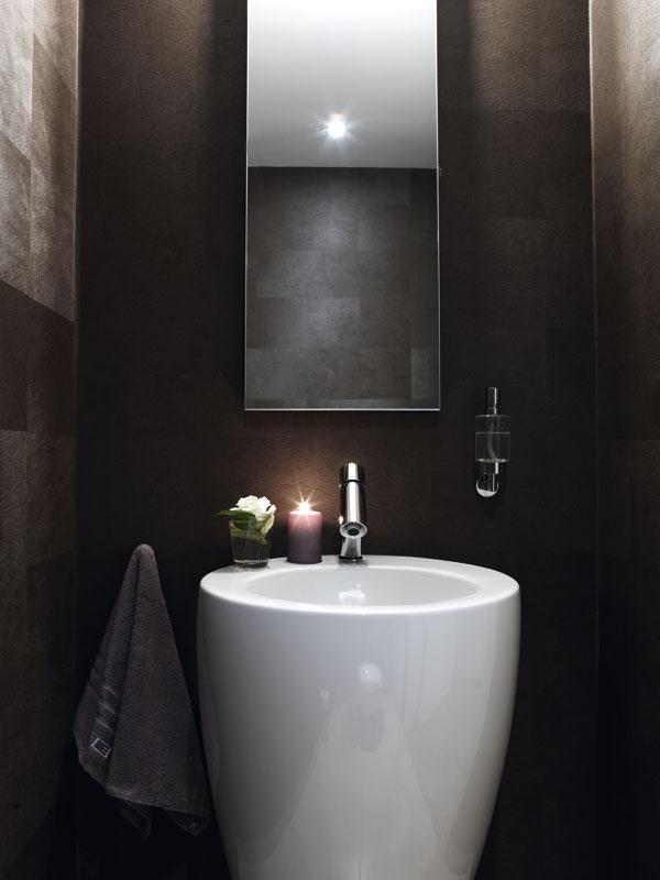Baño en tonos grises-marrones.