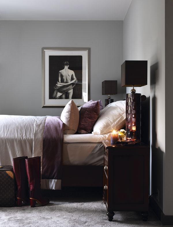 En el dormitorio se han utilizado suaves colores berenjena para dar un toque de calidez.