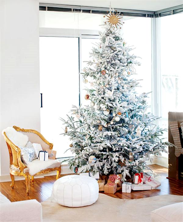 árbol de navidad con decoración en blanco