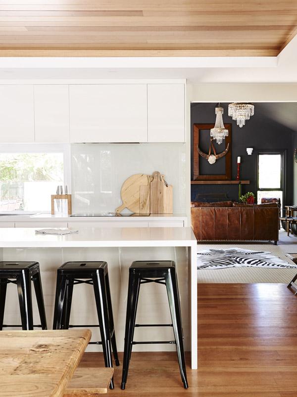 Contraste de la cocina blanca con el fondo oscuro.