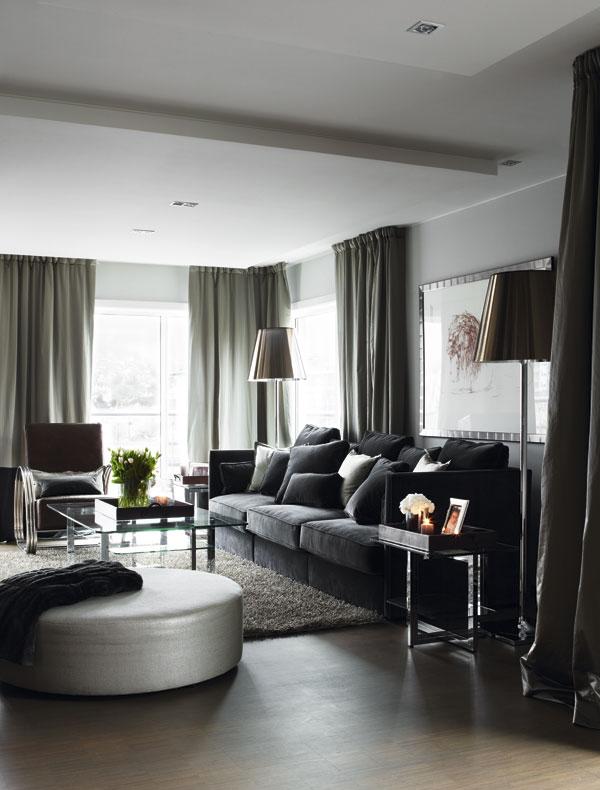 Las cortinas, los sofás, la alfombra, todo está pensado en la misma gama de color.