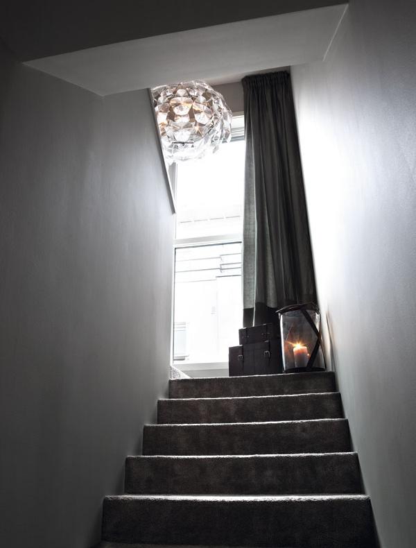 Las escaleras también participan. Es muy bonito el portavelas gigante en la escalera.