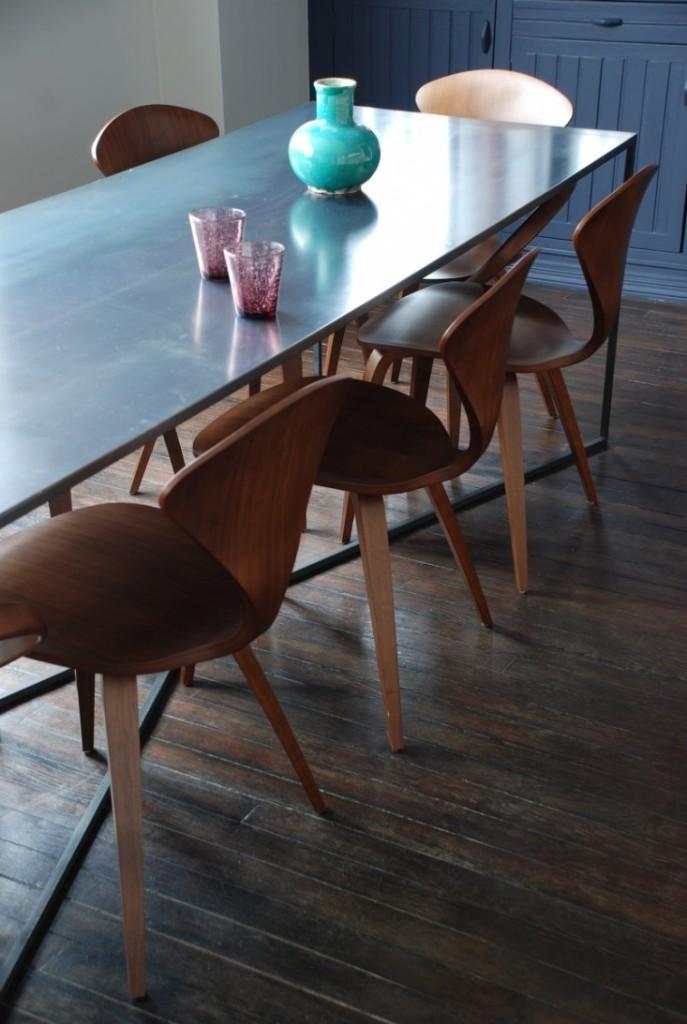Toques de color más alegres en la mesa de comedor.