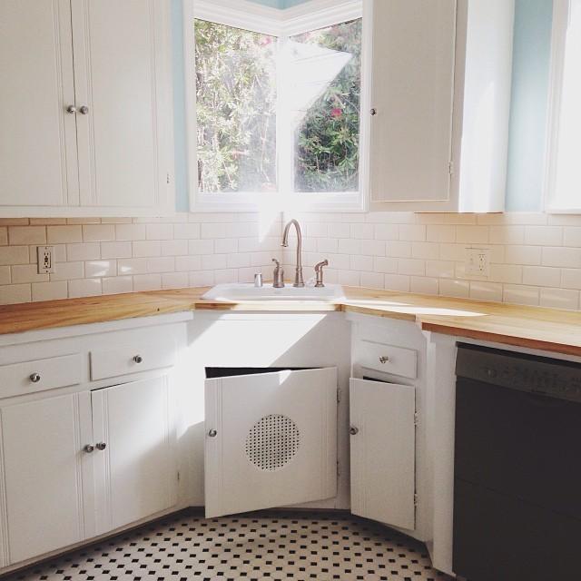 Cocina con un raro ángulo y ventana sobre el fregadero.