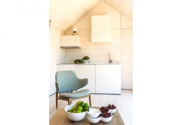 El interior está revestido de tableros fenólicos preciosos y muy acogedores. Seguramente el interior sea muy confortable.