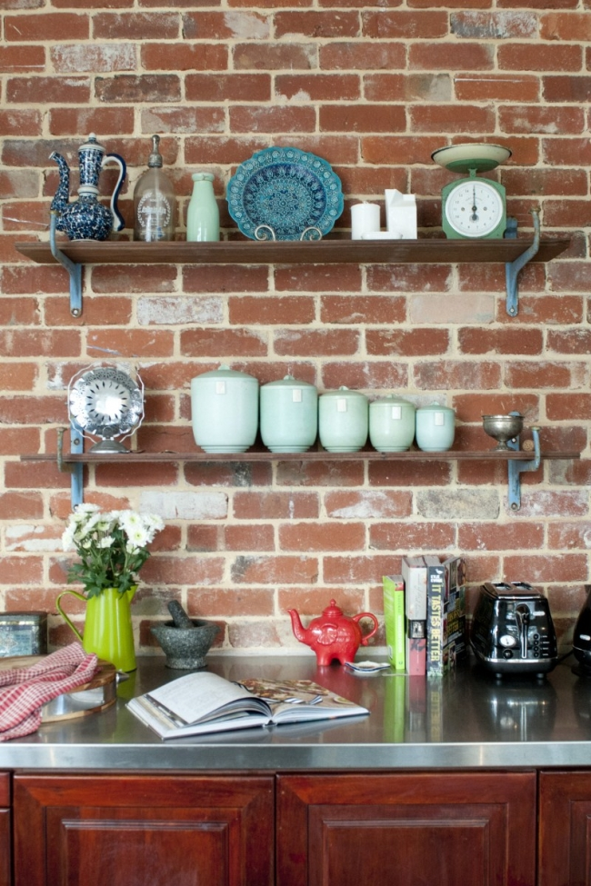 Paredes de la cocina con el ladrillo visto. En su color natural tiene una textura muy especial.