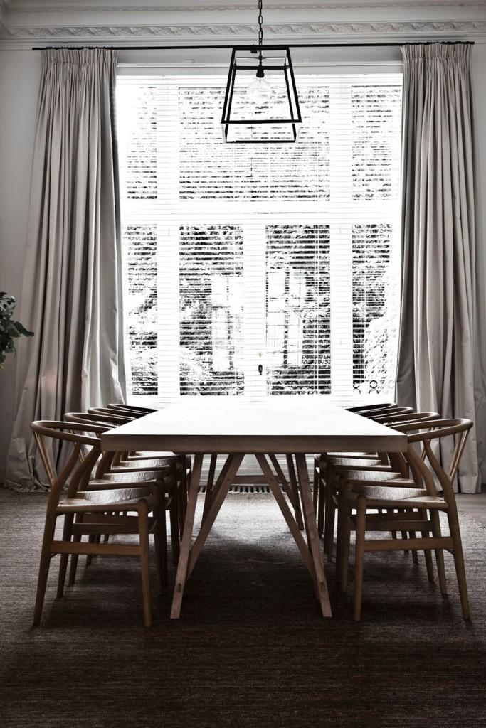 Otra vista del comedor con las sillas de Wegner alineadas. Me encanta la lámpara que cuelga encima de la mesa.