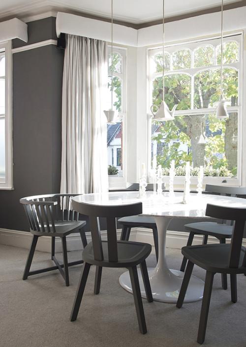 Aunque el comedor está pintado de un gris medio, el comedor es muy luminoso.