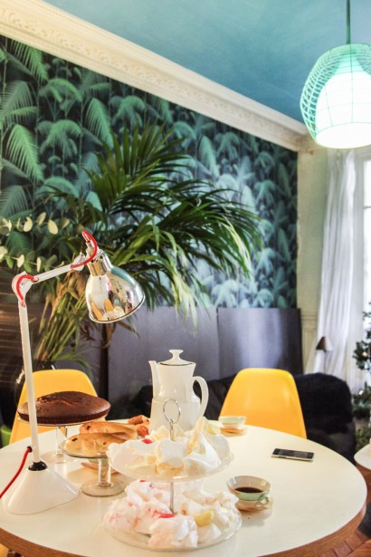 Mural precioso en el comedor. El amarillo de las sillas alegra el espacio.