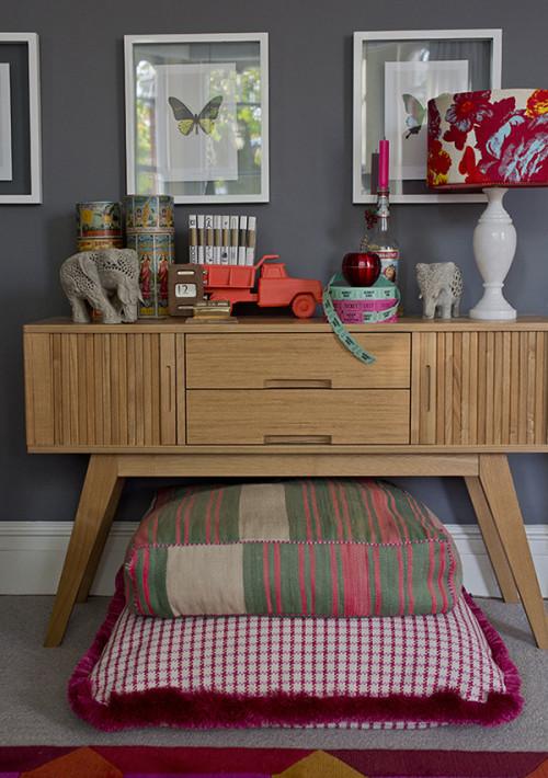 Mueble nórdico de estilo años 50 combinado con telas de colores