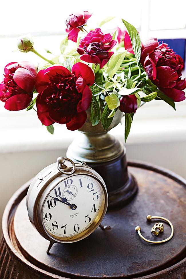 Detalle en el dormitorio de peonías, preciosas flores.
