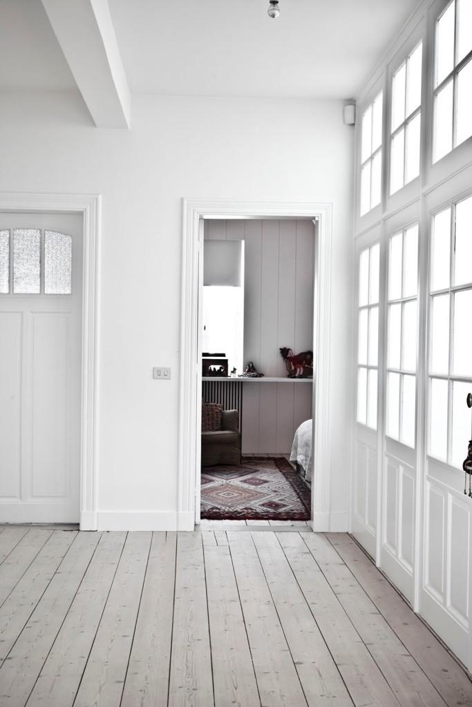 Enorme distribuidor. Aquí podemos disfrutar de las puertas y de la preciosa textura de la madera del suelo.