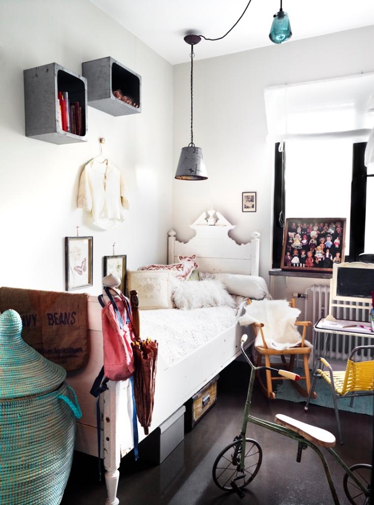 Dormitorio infantil. La mezcla de objetos y elementos antiguos y nuevos siempre crea espacios muy acogedores.