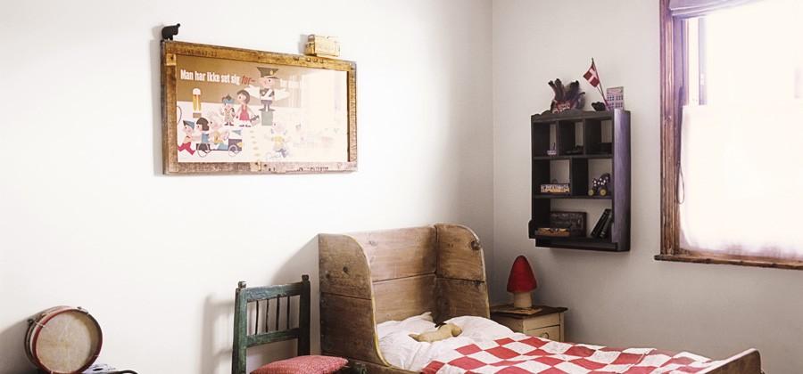 El dormitorio infantil se ha decorado con elementos recuperados y otros de nueva construcción pero con materiales reutilizados. Me gusta mucho la combinación de colores verde apagado y rojo para el dormitorio infantil.